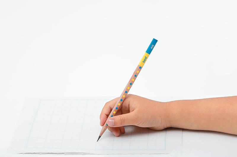 しっかり持てる鉛筆_手持ち.jpg